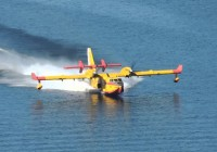 El Ministerio de Agricultura envía 8 medios aéreos de gran capacidad al incendio forestal declarado en Moguer (Huelva)