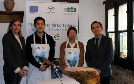"""Los ganadores del """"VI Concurso de Corte de Jamón en Japón"""" que organiza Extenda visitan la dehesa de Huelva"""