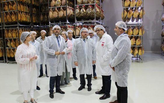 Agricultura concede 285.000 euros a dos empresas de jamón de Serón para mejorar sus instalaciones y su comercialización
