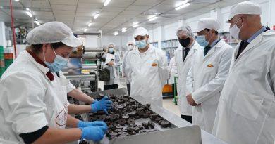 Moreno respalda a las empresas de dulces navideños y anima a consumir productos andaluces en estas fechas